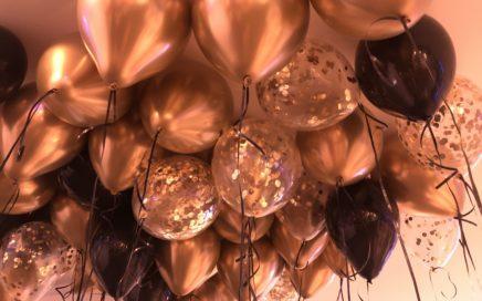 balony-z-helem-puszczone-pod-sufit