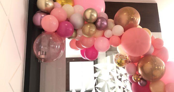 dekoracja-balonami-organiczny-luk-nad-słodkim-stołem