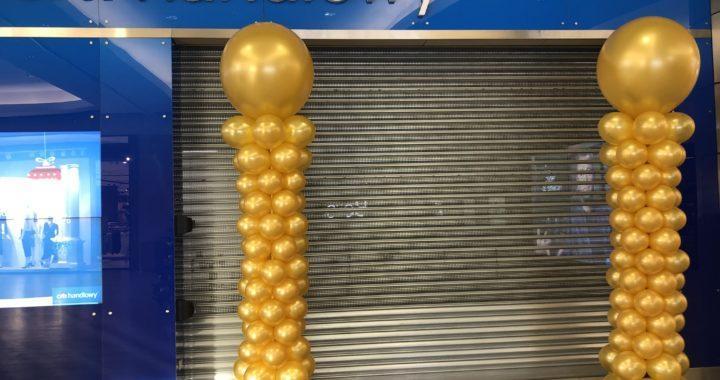 dekoracja-balonowa-ze-złotych-balonów-w-galerii-handlowej-przed-wejsciem-do-Citi-Bank-Handlowy