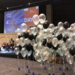 kiście-kępki-balonów-napełnionych-helem-ułożone-z-czarnymi-balonami-z-logo
