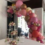 organiczna-girlanda-balonowa-jako-dekoracja-słodkiego-stołu