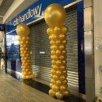 złote-kolumny-balonowe-przed-wejsciem-do-Citi-Bank-w-Silesia-City-Center-w-Katowicach