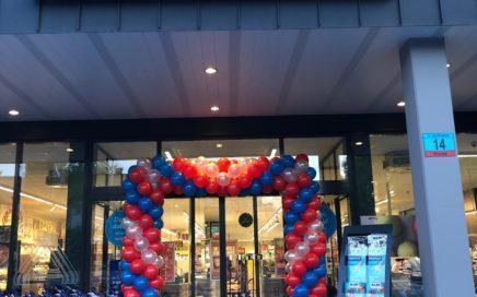 brama-z-balonow-jako-dekoracja-na-otwarcie-sklepu-we-Wrocławiu