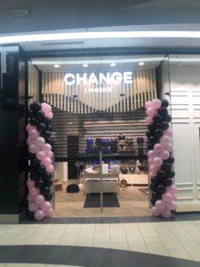 kolumny-balonowe-jako-dekoracja-wejścia-do-salonu-change-lingerie-w-krakowskiej-galerii-kazimierz