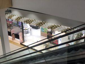 długa-girlanda-balonowa-jako-dekoracja-wejscia-do-sklepu-w-krakowie