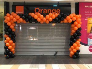 brama z balonow na otwarcie salonu Orange