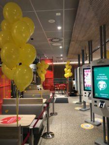 balonowe-kiscie-z-balonow-napelnionych-helem-w-restauracji