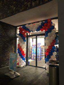 brama balonowa jako dekoracja wejścia na otwarcie sklepu Aldi w Gdańsku