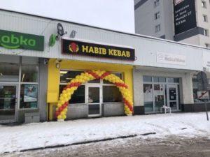 duży łuk z balonów na całą witrynę na otwarcie Habib Kebab w Jaworznie