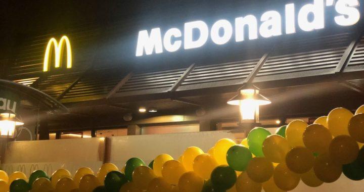 girlanda-z-balonow-jako-dekoracja-na-otwarcie-restauracji