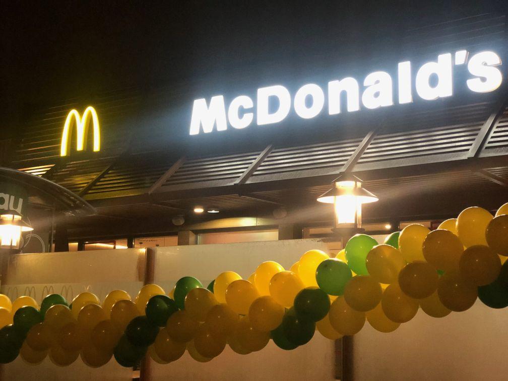 Balony napełnione helem oraz girlanda balonowa jako dekoracja na otwarcie MC Donalds w Białymstoku