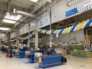 balony-dekoracyjne-nad-kasami-w-markecie