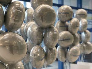 balony-foliowe-z-logo-z-helem-jako-dekoracja-sklepu