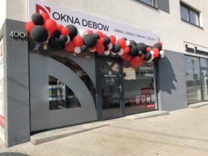 girlanda-balonowa-nad-wejsciem-z-okazji-otwarcia-firmy