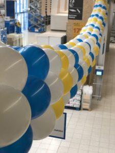 girlanda-z-balonow-jako-dekoracja-sklepu