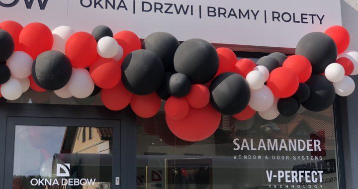 organiczna-girlanda-balonowa-nad-wejsciem-do-salonu