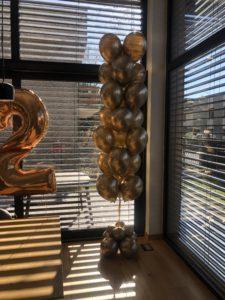 balony-zlote-chromowe-na-dekoracji-urodzinowej-w-domu