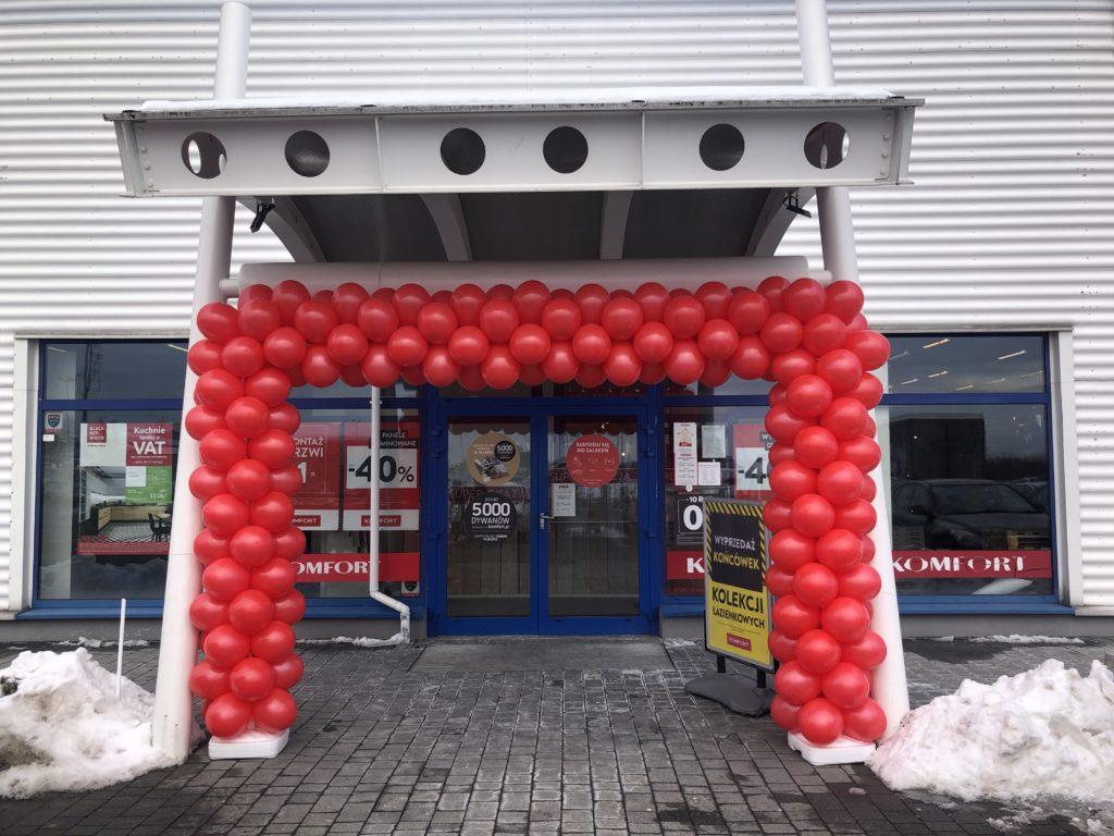 Brama z balonów jako dekoracja na ponowne otwarcie sklepu Komfort w Tarnowie