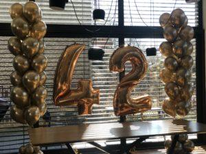 zlota-dekoracja-balonowa-na-urodziny