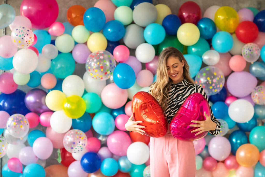 Jak ułożyć ścianę z balonów?