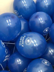 balony-z-nadrukiem-z-logo-napelnione-powietrzem-na-patyczkach