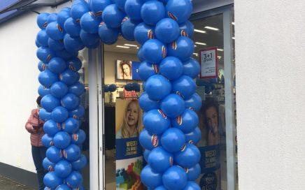 brama z balonów na otwarcie sklepu w Dynowie