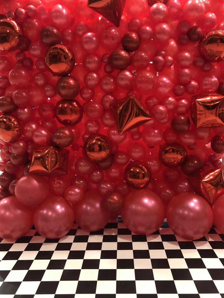 Ściana z balonów jako tło do zdjęć w Galerii 3 Stawy w Katowicach z okazji Dnia Kobiet