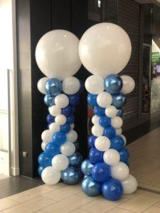 niebiesko-biale-kolumny-z-balonow-zakonczone-duzym-balonem-na-topie