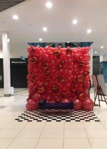 ściana z balonów jako atrakcja na event w galerii handlowej