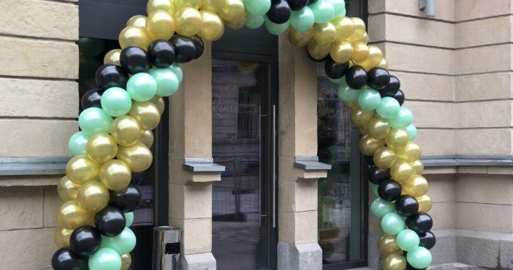 balony-przed-wejsciem-do-restauracji