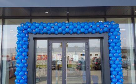 duża brama z balonów na otwarcie Pepco w Białymstoku