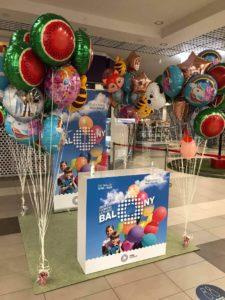 balony-z-helem-spiete-w-kepki-balonow-jako-dekoracja-stoiska-w-galerii-handlowej