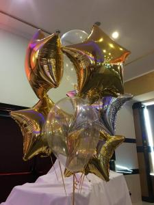 balony foliowe gwiazdy napełnione helem ułożone w kiść