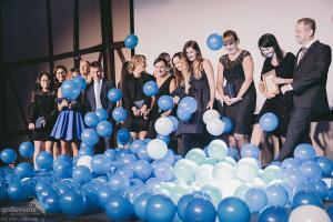 balony swobodnie opadają na gości - grad balonów