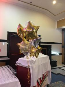 balony z helem w temacie lat 20 - dekoracja lata 20