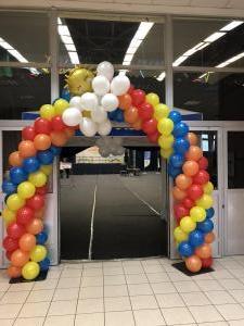 brama balonowa tęcza ze słoneczkiem i chmurką w Jaworznie w Hali Sportowej