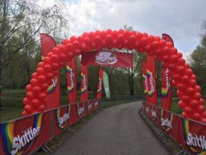 brama balonowa z banerami reklamowymi z nadrukiem