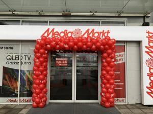 brama balonowa z czerwonych balonów z okazji Reed Week dla Media Markt