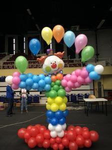 clown z balonów trzymający balony napełnione helem