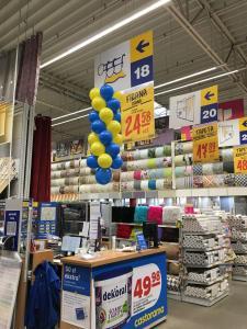 dekoracja z balonów wskazująca punkt info w sklepie