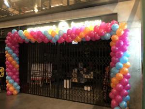 duża brama z balonów przed lokalem