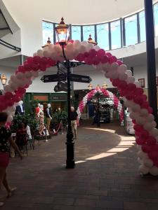 dwie bramy z balonów w centralnej części centrum handlowego