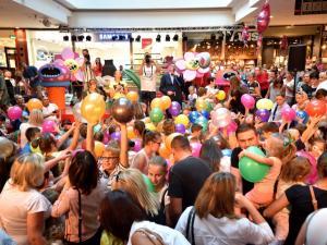 dzieci bawiące się balonami