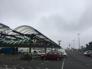 girlanda balonowa oraz punktowe dekoracje parkingu w Makro Rybnik