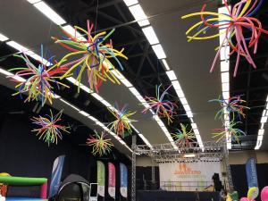 gwiazdy z balonów skutecznie obniżają sufit wysokiej hali sportowej w Jaworznie