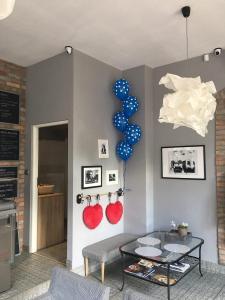 niebieskie balony w białe grochy na komunie