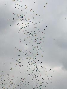 wypuszczenie 500 sztuk balonów z helem w niebo