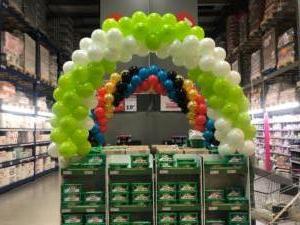 łuk-z-balonów-nad-produktami-w-markecie-Selgros