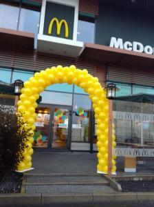 MC Donalds Poznan zolta brama z balonow
