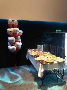 balony-foliowe-serca-z-nadrukiem-z-helem-dekoracja-stołu-balonami-na-gale-firmowa